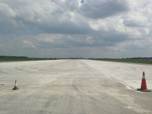 Ułożyli beton na pasie startowym w Modlinie