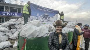 """Sprzątają """"szlak papieru toaletowego"""". Pod Everestem w jeden dzień zebrali tonę śmieci"""