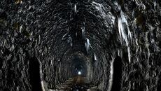 Sople w tunelu kolejki wąskotorowej w Szklarach (Darek Delmanowicz/PAP)