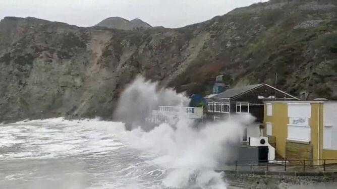 Sztorm Dennis zagraża Wielkiej Brytanii. <br />Niesie porywisty wiatr i ryzyko powodzi