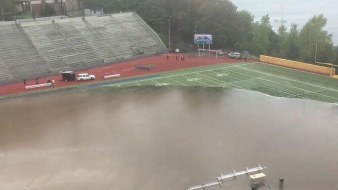 Wodospad na schodach. Zamiast stadionu - basen. Ulewa zalała Tacomę