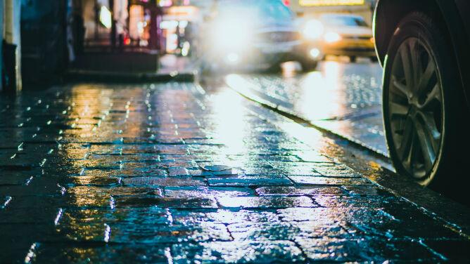 Oblodzone drogi i chodniki. Wieczorem i w nocy może być niebezpiecznie